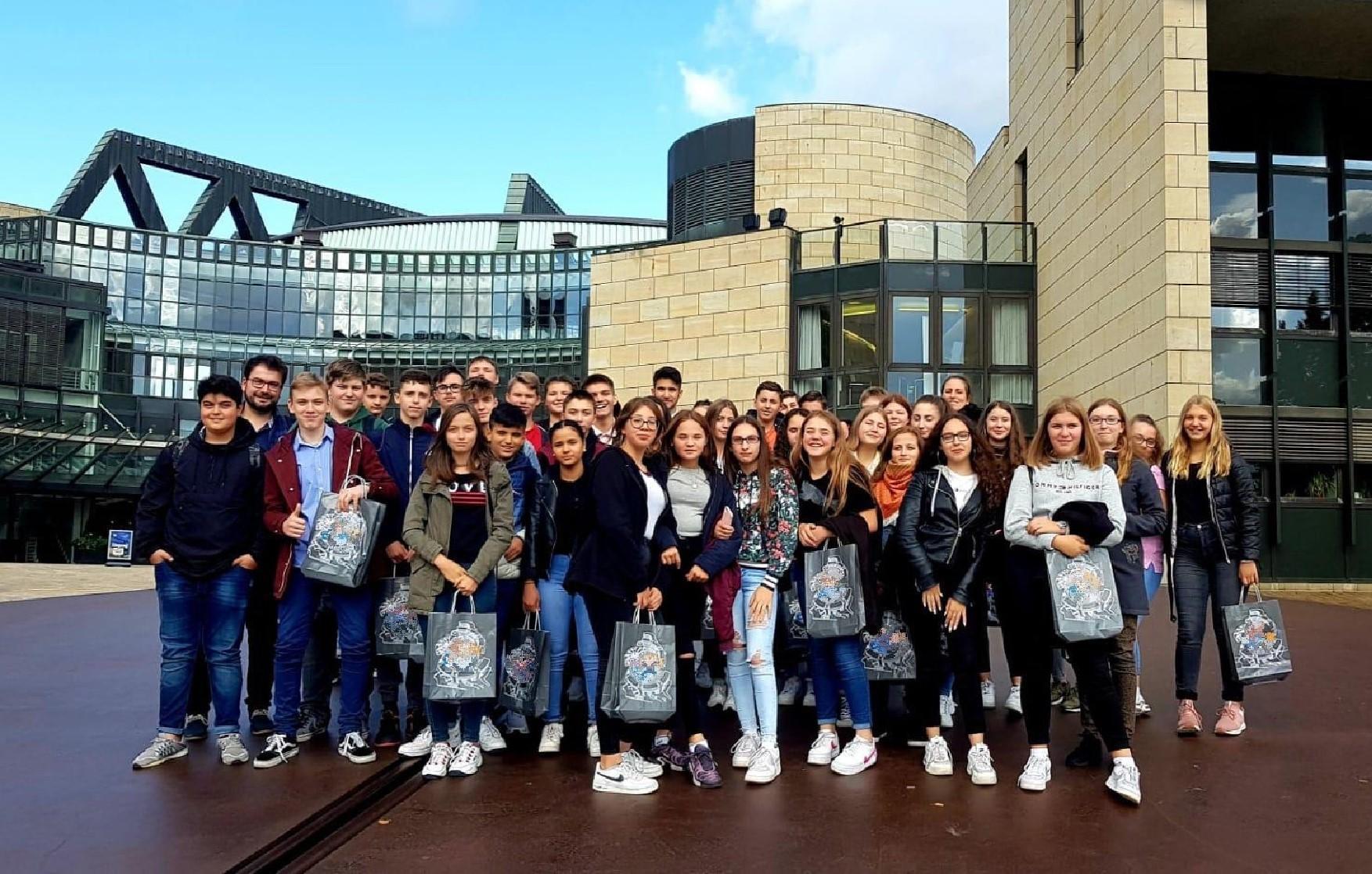 Die Sozialwissenschaftskurse der Jahrgangsstufen 8 und 9 besuchen den Landtag in Düsseldorf und Herrn Nettekoven (MdL).