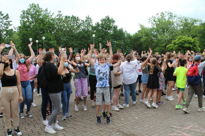 Mottotage und Spaßtag der derzeitigen Klassen 10 können bei strahlend blauem Himmel und sommerlichen Temperaturen auf dem Schulhof der ASRS stattfinden!